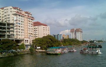 SUPER LUXURY HOUSEBOAT CRUISE AT POOTHOTTA BACKWATERS Tour
