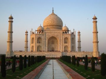 HAVE AN ADVENTUROUS DAY OUT AT AGRA